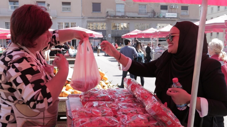 Urusan jual beli menggunakan matawang Kuna.